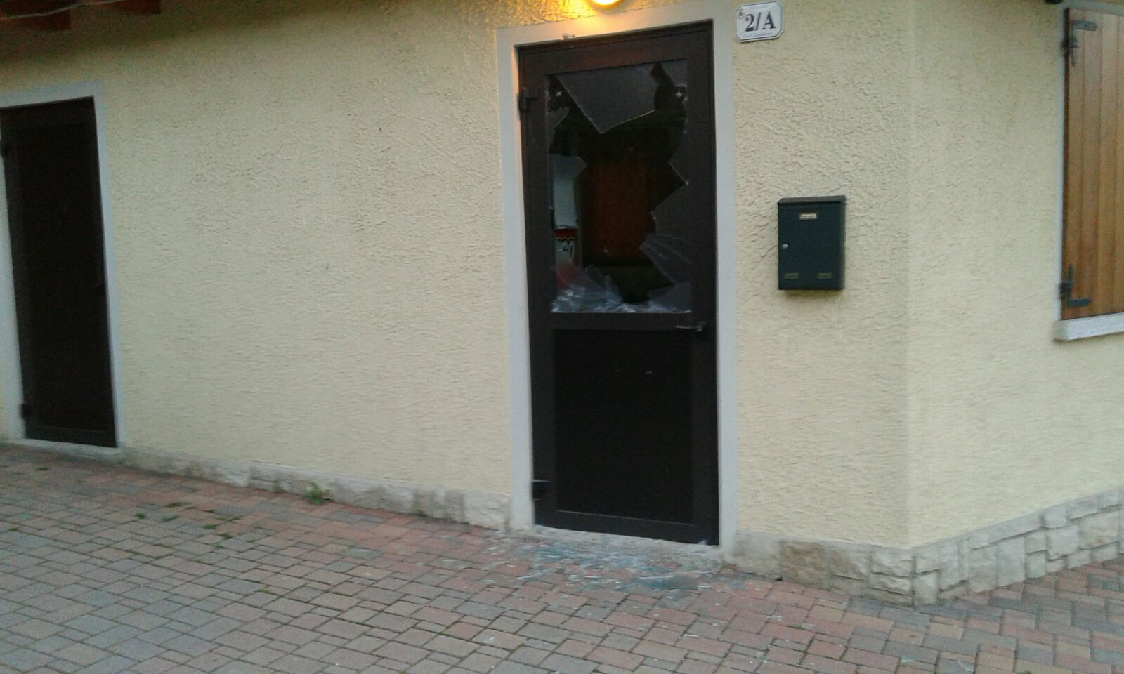 Resegone online notizie da lecco e provincia vandalismo a ballabio rotti i vetri alla sede - Rompere uno specchio porta fortuna ...